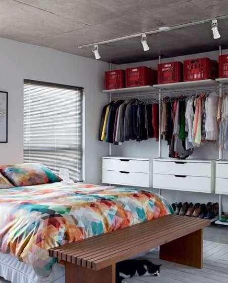 49. O closet aberto deve combinar com outros elementos do quarto. Foto: Manual da Obra