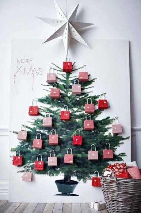 50. A árvore de Natal foi feita com bolsinhas de papel. Fonte: Pinterest