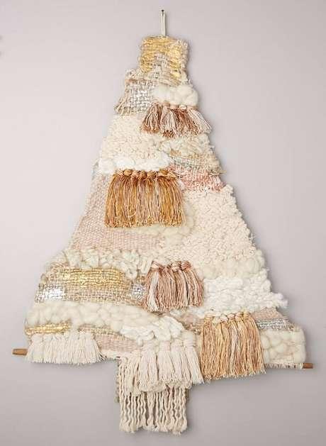 43. A árvore de Natal na parede foi feita com tecido. Fonte: Pinterest