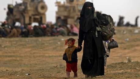 Aliança liderada pelos curdos mantém 70 mil civis que deixaram áreas controladas pelo EI