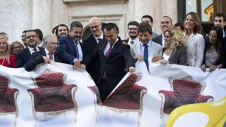 O ministro das Relações Exteriores da Itália e o líder de cinco estrelas Luigi Di Maio (ao centro) comemoraram o corte de cadeiras diante do Parlamento, em Roma