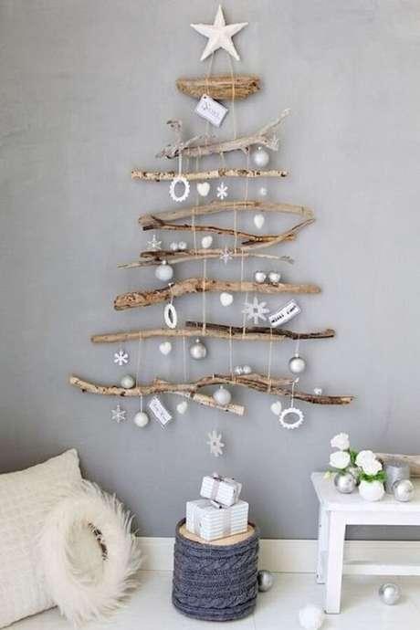 46. A árvore de Natal na parede foi feita com galhos. Fonte: Pinterest