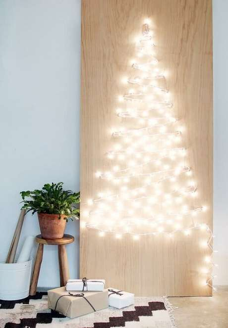 53. A árvore de Natal na parede foi feita com pisca pisca. Fonte: PInterest
