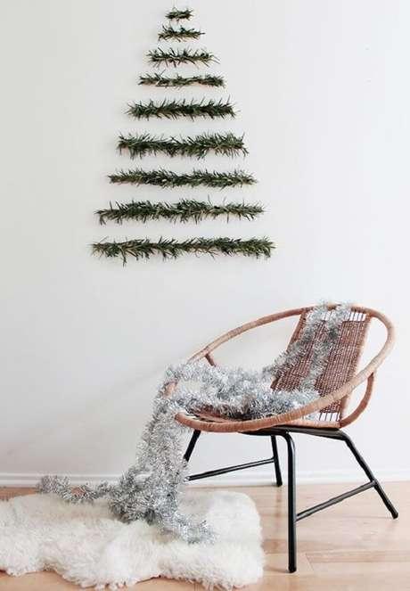 10. Árvore de Natal na parede feita com galhos naturais. Fonte: Pinterest