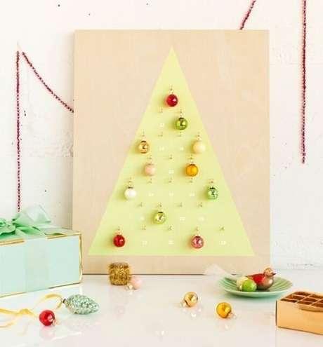 11. Árvore de Natal na parede feita estrutura de madeira. Fonte: Pinterest