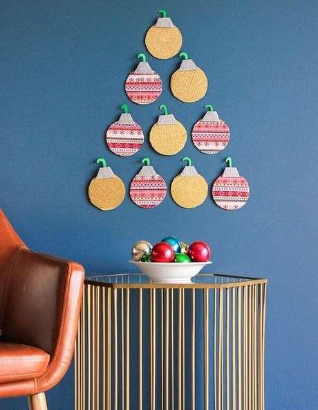 12. Árvore de Natal na parede simples feita enfeites natalinos. Fonte: Pinterest