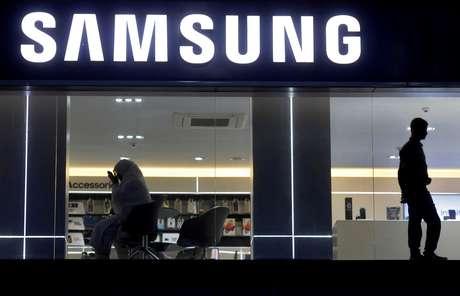 Cliente em showroom da Samsung em Nova Déli, India. 27/7/2018. REUTERS/Adnan Abidi