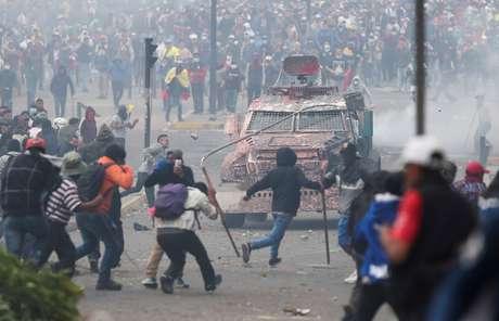 Manifesrabtes entram em confronto com forças de segurança em Quito 08/10/2019 REUTERS/Ivan Alvarado
