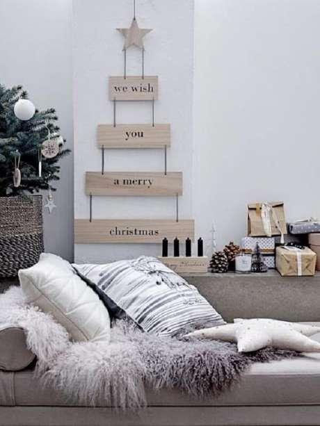 48. A árvore de Natal na parede foi feita com estrutura de madeira e frases. Fonte: Pinterest