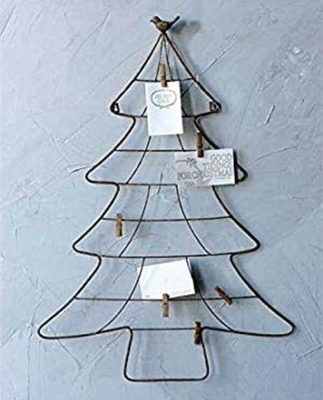 47. A árvore de Natal na parede foi com estrutura de arame. Fonte: Pinterest