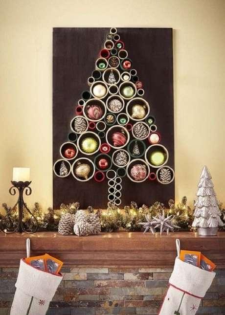 1. Árvore de Natal na parede feita com tubos de pvc. Fonte: Pinterest