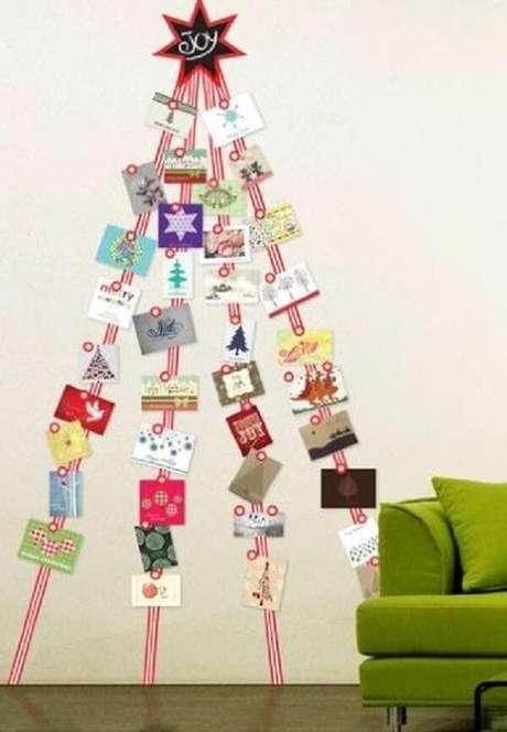 49. A árvore de Natal foi feita com cartões natalinos. Fonte: Pinterest