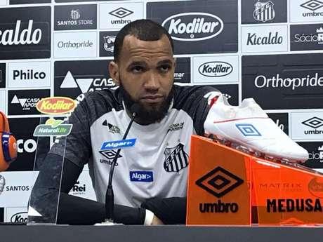 Goleiro Everson, em entrevista coletiva, nesta terça-feira, no CT Rei Pelé (Foto: Arthur Faria)