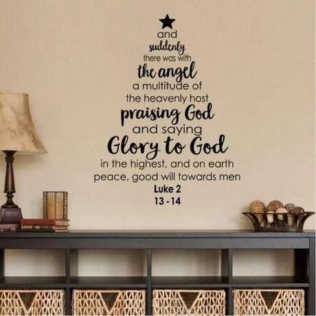 51. A árvore de Natal foi feita com adesivos. Fonte: Pinterest