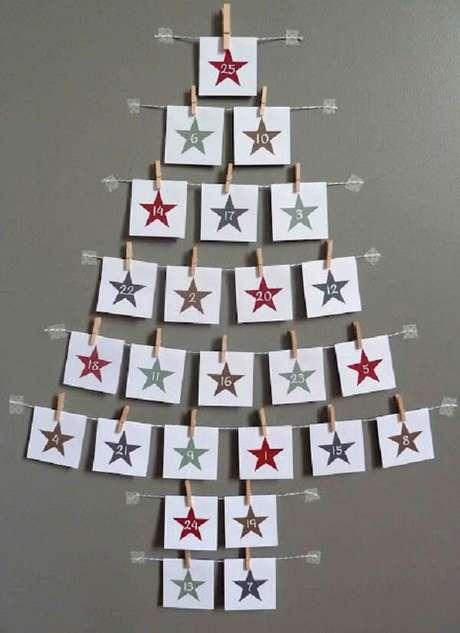7. Árvore de Natal na parede feita com estrutura de varal. Fonte: Dicas Pais e Filhos