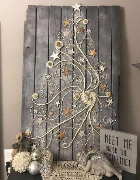 44. Árvore de Natal na parede feita com estrutura de madeira. Fonte: Pinterest
