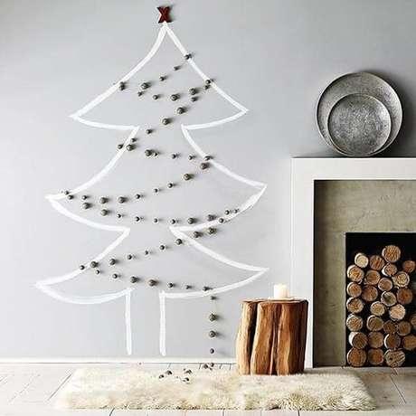 54. A árvore de Natal na parede foi feita com adesivo e bolinhas. Fonte: Pinterest