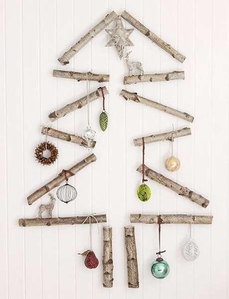 55. Decore a casa com uma árvore de Natal na parede. Fonte: Pinterest