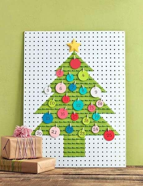 42. Árvore com calendário feita em placa de metal. Fonte: Pinterest