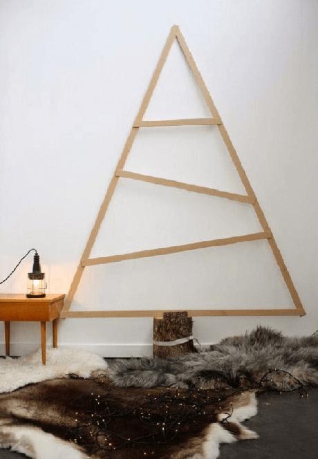 13. Árvore de Natal de parede com design simples em madeira. Fonte: Pinterest