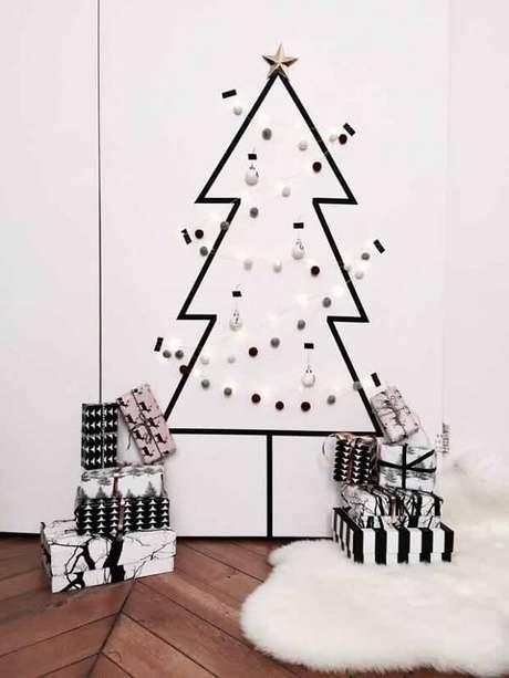 29. Árvore de Natal na parede feita com adesivo e bolinhas natalinas. Fonte: Casa Vogue