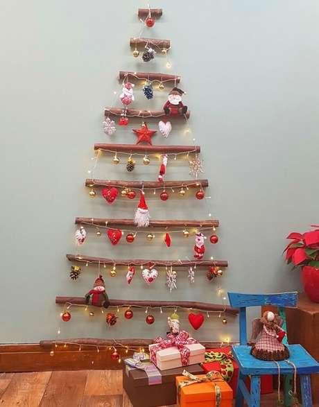 58. Árvore de Natal feita com gravetos e enfeites natalinos. Fonte: Globo