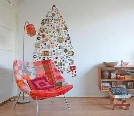 14. Árvore de Natal de parede feita com diversos objetos de casa. Fonte: Pinterest