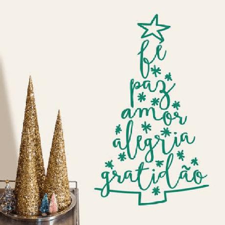 18. Árvore de Natal na parede feita com adesivo. Fonte: Pinterest