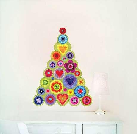 19. Árvore de Natal na parede feita com adesivos coloridos. Fonte: Pinterest