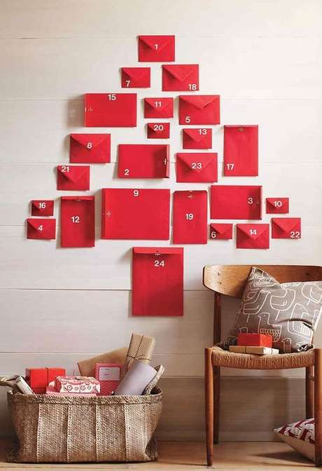 6. Árvore de Natal na parede feita com envelopes. Fonte: Pinterest