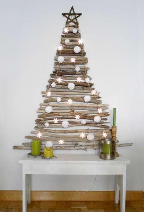 21. Árvore de Natal na parede feita com galhos finos. Fonte: Pinterest