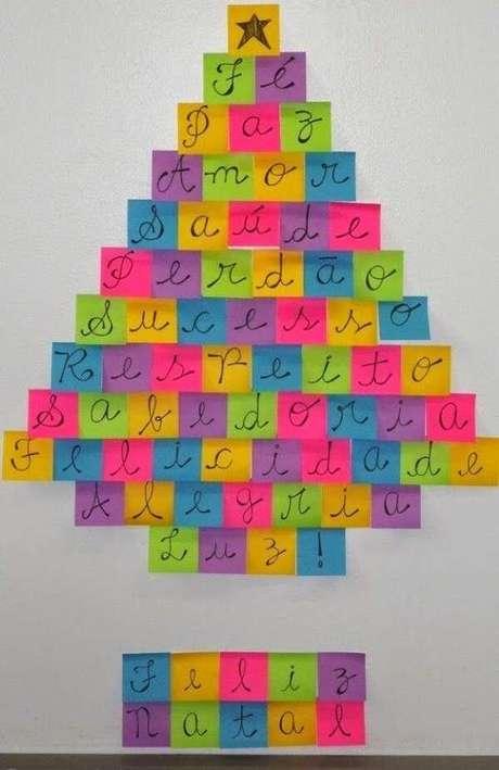 22. Árvore de Natal na parede feita com post it. Fonte: Pinterest