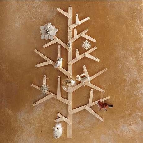 24. Árvore de Natal na parede feita com ripinhas de madeira. Fonte: Pinterest