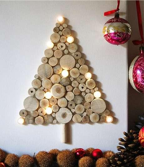 26. Árvore de Natal na parede feita com troncos cortados. Fonte: Pinterest