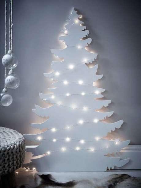 27. Árvore de Natal na parede feita com estrutura de madeira branca. Fonte: Pinterest