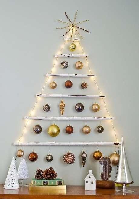 28. Árvore de Natal na parede feita com pisca pisca e bolinhas natalinas. Fonte: Reciclar e Decorar