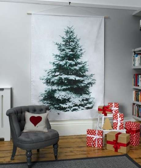 56. A sala de estar recebeu um painel com árvore de Natal pintado. Fonte: Pinterest