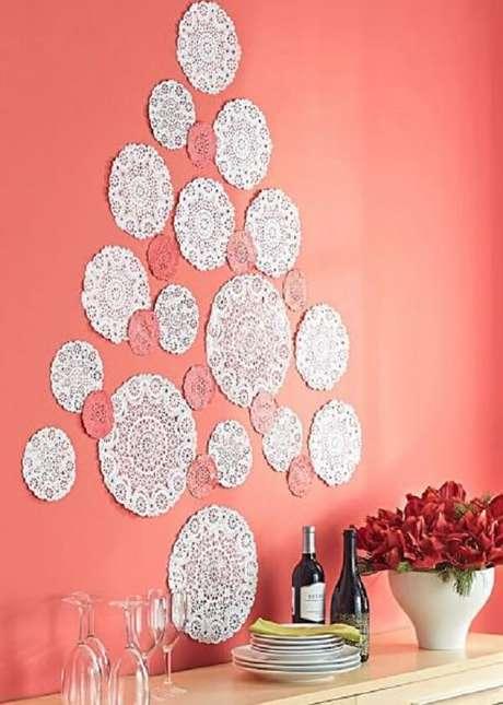 59. Árvore de Natal na parede feita com material rendado. Fonte: Pinterest