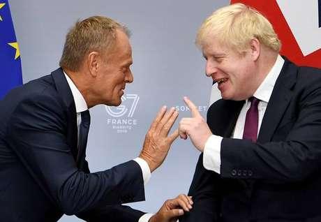 Donald Tusk e Boris Johnson durante cúpula do G7 em Biarritz, na França