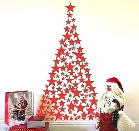 63. Árvore de Natal feita com estrelas em tom vermelho. Fonte: Pinterest