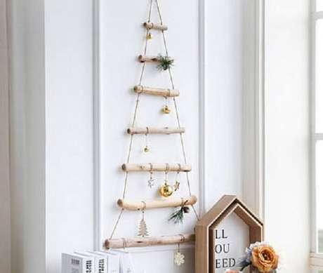 62. Árvore de Natal de parede feita com gravetos. Fonte: Pinterest