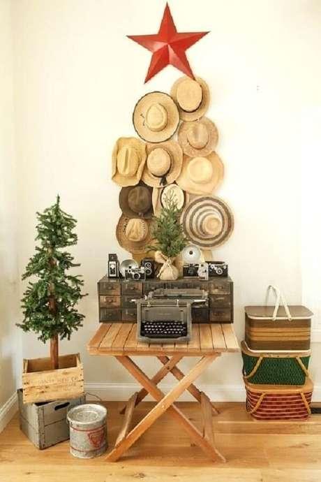 64. Árvore de Natal feita com chapéus de palha. Fonte: Pinterest