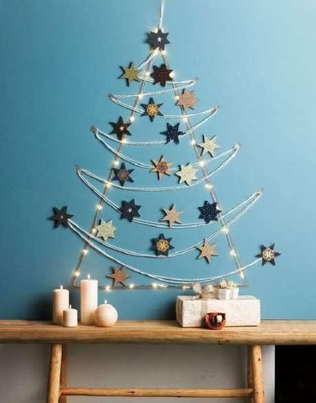 31. Árvore de Natal na parede feita com estrelas e pisca pisca. Fonte: Pinterest