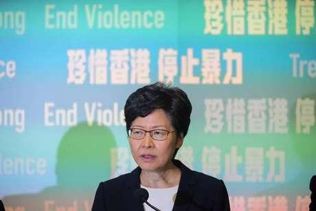 Manifestantes exigem a renúncia da governadora Carrie Lam