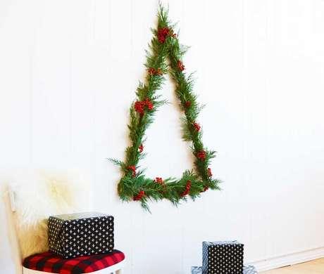 65. Árvore de Natal feita com folhas naturais. Fonte: Revista Artesanato