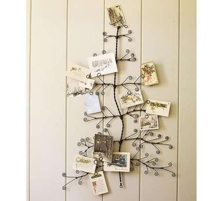 66. Árvore de Natal de parede feita com arame e cartões de natalinos. Fonte: Pinterest