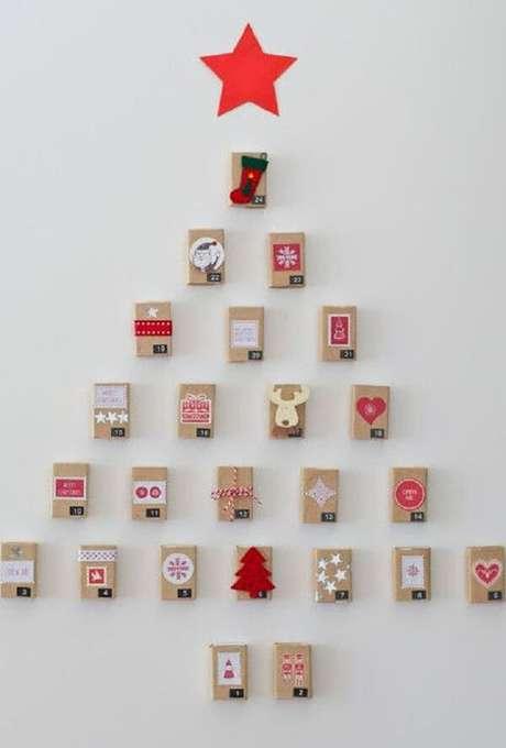 67. Árvore de Natal na parede feita com caixinhas de papelão. Fonte: Pinterest
