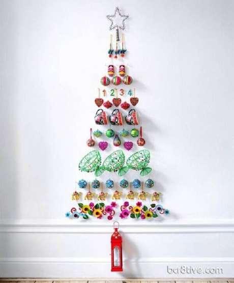 33. Árvore de Natal na parede criativa. Fonte: Pinterest