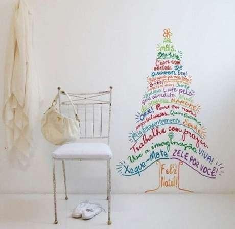 80. Árvore de Natal feita com adesivo. Fonte: Pinterest