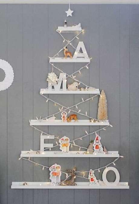 38. Árvore de Natal na parede feita com prateleiras brancas. Fonte: Conversa Feminina